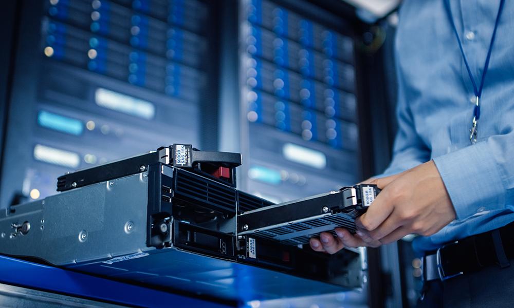 IT technician uninstalls HDD hard disk.